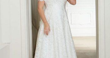 Femme mature portant sa robe de mariée